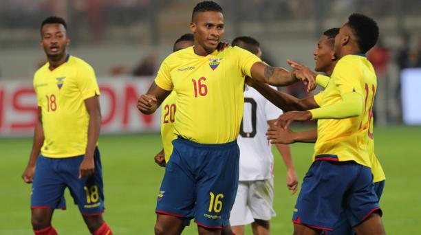 Luis Antonio Valencia (centro) de la Selección de Ecuador celebra luego de anotar este jueves 15 de noviembre de 2018, en un partido amistoso entre Perú y Ecuador, en el estadio Nacional en Lima (Perú). EFE