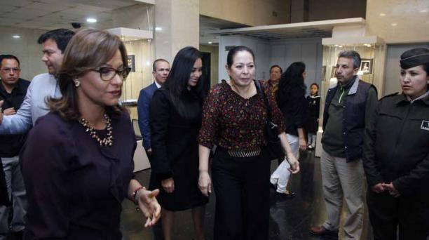 Desde la derecha: Elizabeth Cabezas, presidenta de la Asamblea, y Patricia Ochoa (blusa estampada) a su llegada. Foto: Patricio Terán / EL COMERCIO