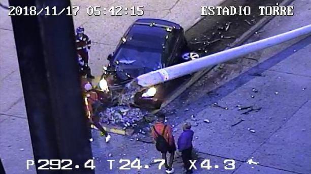 El accidente en que estaban dos jugadores del Deportivo Cuenca se produjo en las afueras del estadio Alejandro Serrano Aguilar en la Vicente Solano y Remigio Crespo en la madrugada de de este 17 de noviembre del 2018. Foto tomada de Twitter ECU 911 Austro