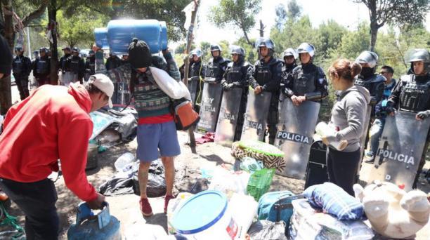 Al inicio un grupo de ciudadanos venezolanos se resistió a irse del campamento improvisado. Sin embargo, a las 11:50 de este 18 de noviembre del 2018 ya fueron trasladados al Centro de Tránsito Temporal de Calderón a bordo de buses dispuestos por las auto
