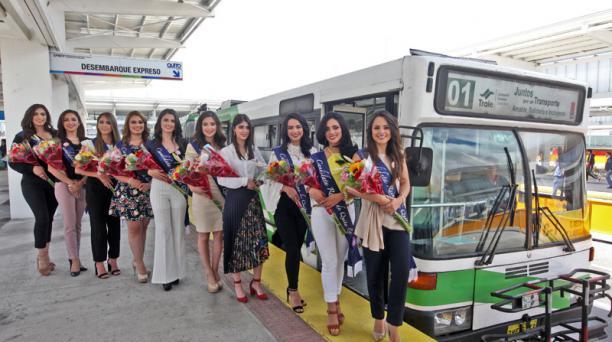 Candidatas a reinas de Quito, recorrido en la primera unidad del Trole.  Foto: Julio Estrella / El Comercio.