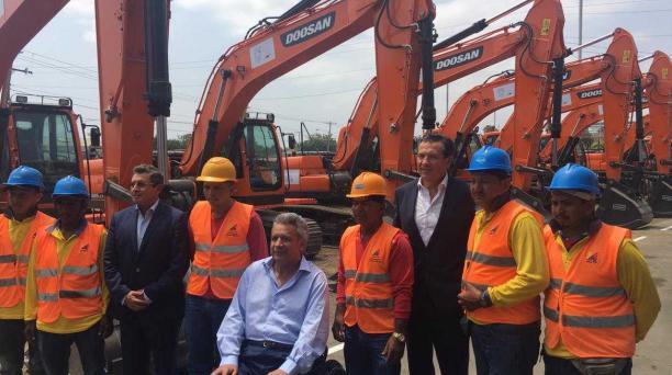 El presidente Lenín Moreno entregó la nueva maquinaria para dar mantenimiento a la Red Vial Estatal. Foto: Valeria Tejada/ EL COMERCIO