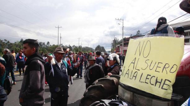 Bloqueo en la Panamericana por grupo de lecheros y ganaderos. Foto: Armando Prado / EL COMERCIO