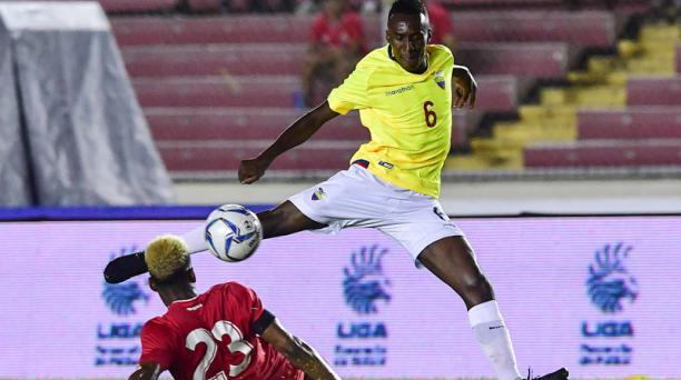 Béder Caicedo (6) de la Selección de Ecuador pelea el balón con Michael Murillo (23) de Panamá durante un partido amistoso jugado en el estadio Rommel Fernández en Ciudad de Panamá el 20 de noviembre de 2018. AFP