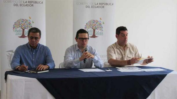 El nuevo secretario General de la Presidencia de la República, José Agusto Briones (izq.), Juan Sebastián Roldán (c), de la secretaría particular de la Presidencia y el ministro del Trabajo, Raúl Ledezma (der), ofrecieron una rueda de prensa donde anuncia