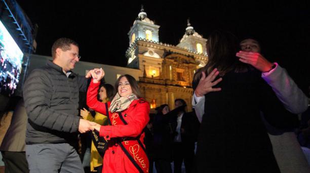 El alcalde Mauricio Rodas junto a la reina de Quito, Daniela Almeida, en el pregón en la Plaza de San Francisco la noche del 23 de noviembre del 2018. Foto: Julio Estrella / EL COMERCIO
