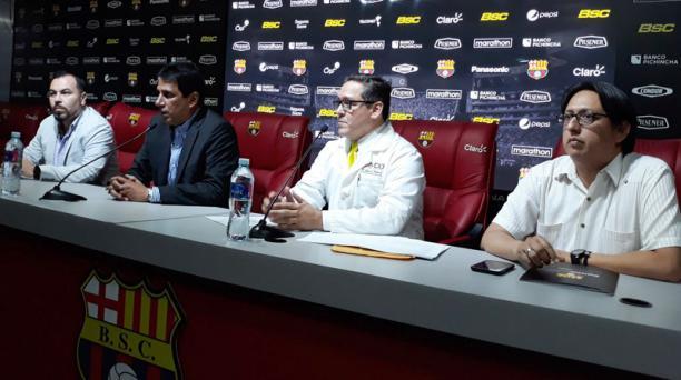 Juan Alfredo Cuentas, José Francisco Cevallos y Jorge Reinoso acompañaron al médico Gustavo Peralta en la rueda de prensa. Foto: Prensa Barcelona SC.