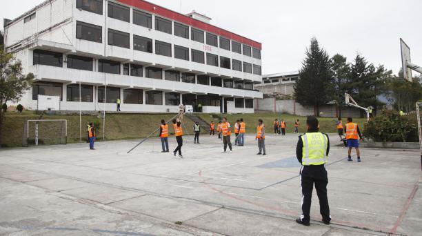 En Los Olivos, los detenidos alistan la red  para jugar vóley. Este lugar tiene capacidad para 119 detenidos. Patricio Terán / EL COMERCIO