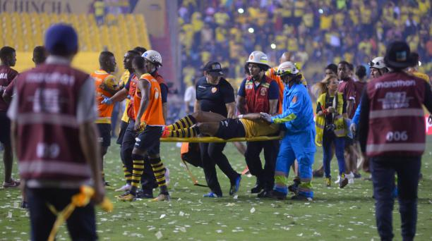 Michael Arroyo es sacado en una camilla, el 14 de octubre pasado. Lo acompaña el médico (centro) Gustavo Peralta. Foto: API para EL COMERCIO