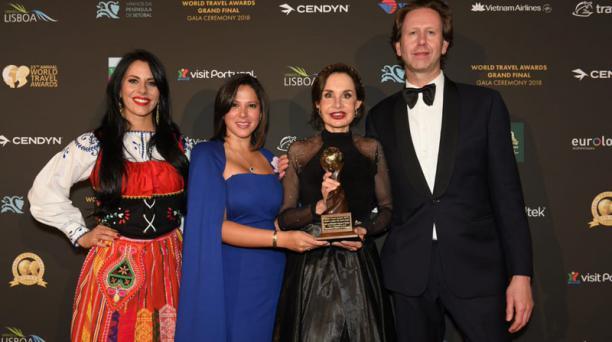 Gloria Gallardo, presidenta de la Empresa Pública y Municipal de Turismo, Promoción Cívica y Relaciones Internacionales de Guayaquil, recibe el premio. Foto: Cortesía