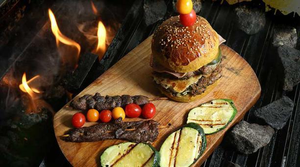 En el restaurante La Piedra de Cantuña (izquierda) se preparan hamburguesas y asados con pequeñas piedras volcánicas, mismas que mantienen el sabor natural de la carne, por ello el chef solo les agrega sal. Foto: EL COMERCIO