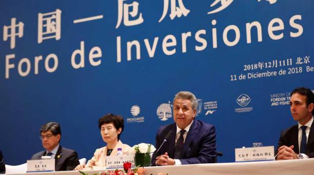 El presidente de Ecuador, Lenín Moreno (2-d), pronuncia un discurso durante la inauguración de un foro de negocios entre empresarios ecuatorianos y del gigante asiático, en Pekín (China), hoy, 11 de diciembre de 2018. Foto: EFE