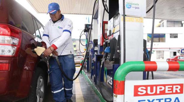 Petroecuador podrá fijar cada mes los precios de la súper y el diésel para autos particulares y transporte internacional. Foto: Diego Pallero/ EL COMERCIO.