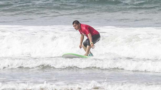 Henry Yagual, de 33 años, tiene discapacidad intelectual del 69%. En noviembre consiguió el segundo lugar en el Sudamericano de Surf, que se desarrolló en Argentina. Foto: Enrique Pesantes / EL COMERCIO