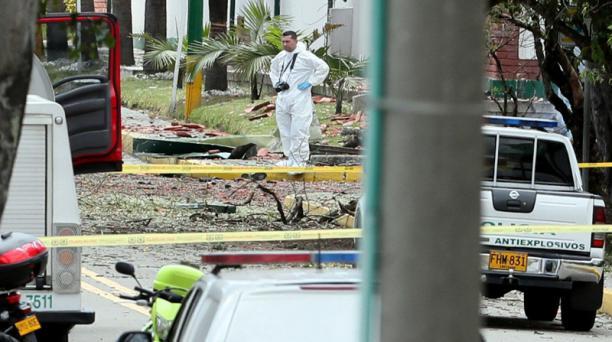 Miembros de Medicina Legal de Colombia realizan las investigaciones en el sector de la escuela de Policía de Bogotá, en donde se produjo la explosión de un auto bomba que dejó ocho fallecidos. Foto: EFE