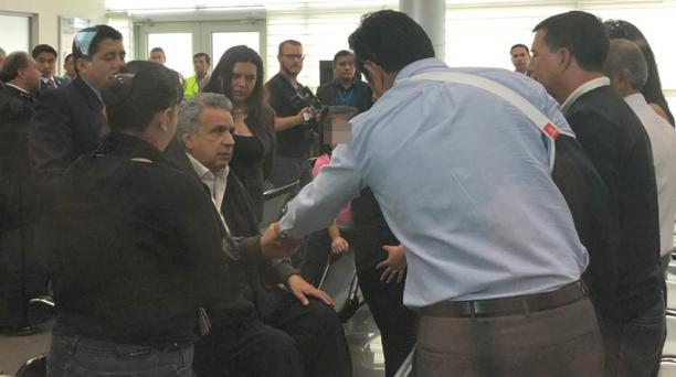 El presidente Lenín Moreno dio el pésame a los familiares de la cadete de policía Érika Chicó, quien falleció en el atentado de Bogotá. Foto: EL COMERCIO