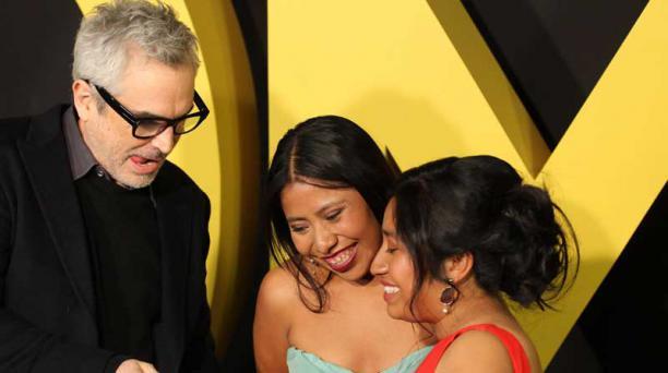 El director mexicano Alfonso Cuarón junto a las actrices Yalitza Aparicio y Nancy Garcia durante una alfombra roja de presentación de la película Roma en México. Foto: EFE.
