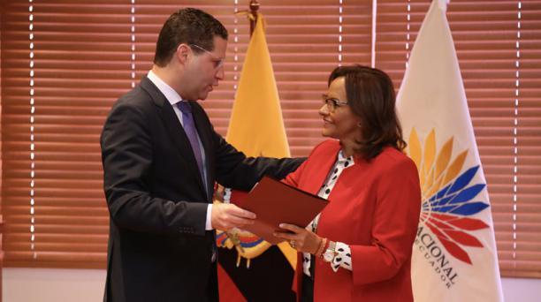 Rodas entregó el informe del Consejo a Elizabeth Cabezas, presidenta de la Asamblea. Foto: Diego Pallero / EL COMERCIO