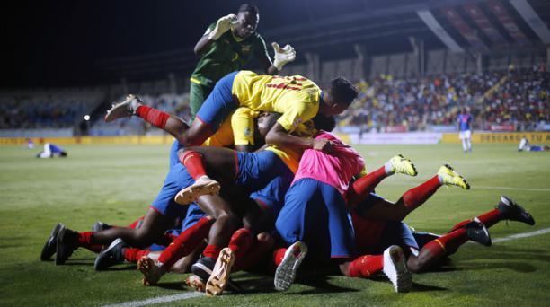 Los seleccionados de Ecuador festejaron de esta manera el gol de Leonardo Campana ante Colombia. Foto: API