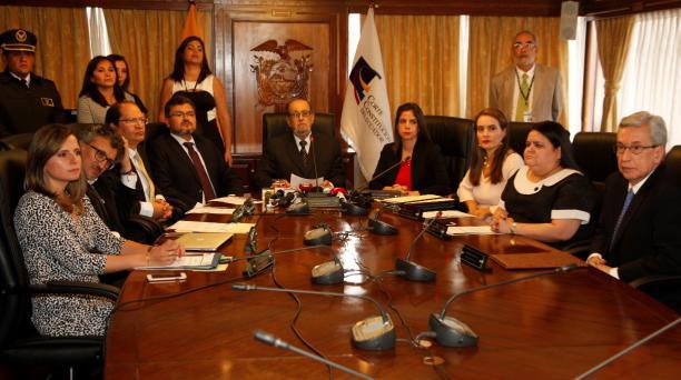 Con 8 votos a favor, ante la abstención de él mismo, Hernán Salgado Pesántez (centro) fue elegido como el nuevo titular de la Corte Constitucional (CC) este 5 de febrero del 2019. El constitucionalista estará en ese cargo hasta el 2022. Foto: Galo Paguay