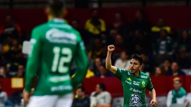 Angel Mena (der) de León celebra su gol contra América, durante su torneo de fútbol del torneo Clausura 2019 en el estadio Azteca en la ciudad de México, el 9 de febrero de 2019. Foto: AFP