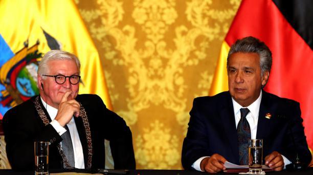 El presidente de Ecuador, Lenín Moreno (d), y el presidente de Alemania, Frank-Walter Steinmeier (i), participan en la ceremonia de imposición de la orden nacional al mérito en grado de Gran Collar, máxima condecoración de Estado, que se le entregó al man