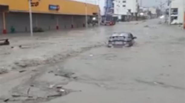 Una imagen de los estragos de la lluvia en la avenida 4 de Noviembre en Manta. Foto: Captura de pantalla