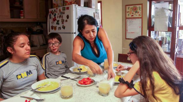 La ambateña Carmen Arias destina la mayor parte de su tiempo al cuidado de sus tres hijos pequeños.