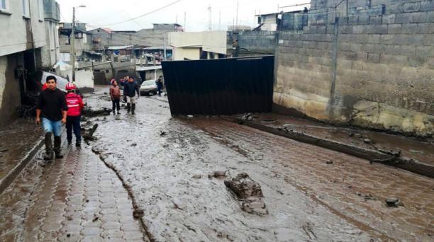 Transeúntes que se encontraban en la zona tuvieron que correr para evitar ser alcanzados por el caudal. Foto: Tomada de la cuenta Twitter Bomberos Quito