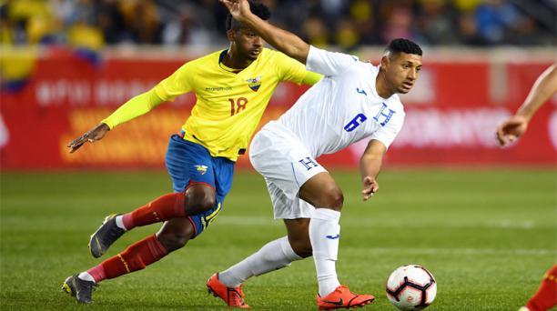 Bryan Acosta (6) de la Selección de Honduras avanza con el balón ante la marca de Jefferson Orejuela (18) de la Selección de Ecuador durante el partido amistoso jugado en el Red Bull Arena en la ciudad de Nueva York el 26 de marzo de 2019. AFP