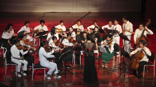 Unos 20 de los 28 músicos que participaron en la grabación del disco compacto se presentaron en el Teatro Lía. Foto:Álavaro Pineda para  EL COMERCIO
