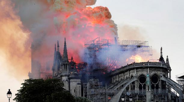Vista general del incendio que consumió el techo de la catedral de Notre Dame este lunes 15 de abril del 2019. Foto: EFE.