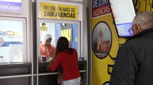 En Mega Cambio, ubicado en la av. Amazonas, en el norte de Quito, el 60% de los envíos al exterior es hacia Colombia. Foto: EL COMERCIO