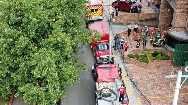 El incendio ocurrido este martes, 30 de abril del 2019, en un edificio ubicado en la avenida 6 de Diciembre y Portete dejó como resultado una persona fallecida y otras 7 personas afectadas. Foto: Cortesía / EL COMERCIO