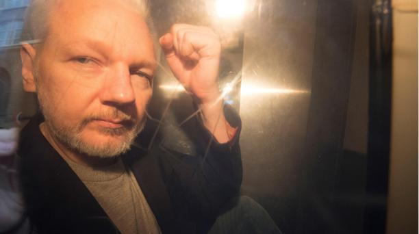 El fundador de Wikileaks, Julian Assange, saluda a los fotógrafos desde un vehículo policial en Londres (Reino Unido). Foto: EFE