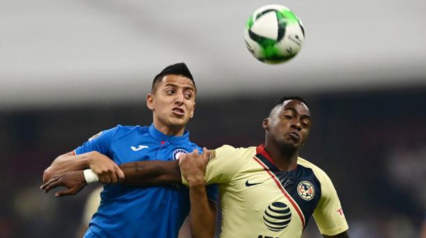 El ecuatoriano Renato Ibarra (der.), del América, disputa la pelota con Roberto Alvarado del Cruz Azul en el estadio Azteca, de México, la noche del 9 de mayo del 2019. Foto: AFP