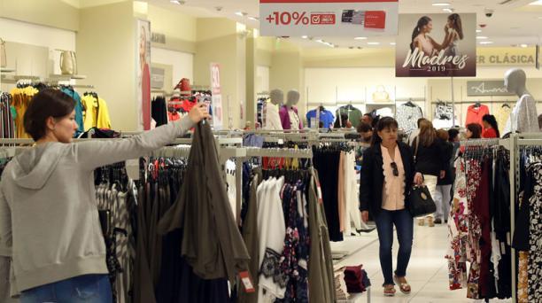 Casas comerciales en el Quicentro Shopping, en el norte de la capital, ofrecen promociones por el Día de la Madre. Foto: Diego Pallero/ EL COMERCIO.