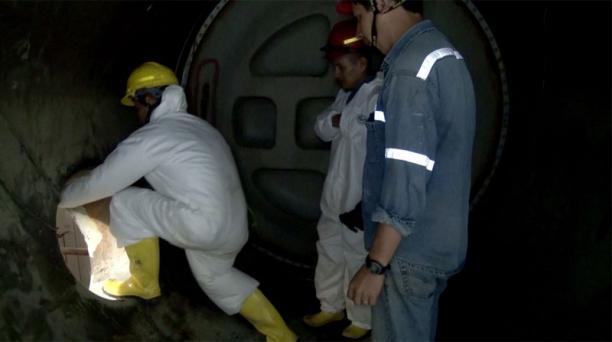 Técnicos de Sinpohydro realizan la limpieza del Distribuidor 8, previo a los trabajos en la central Coca Codo Sinclair. Foto: Cortesía Celec