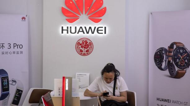 Imagen referencial. Especialistas aseguran que los usuarios de Huawei en Ecuador tendrán que adquirir un nuevo 'smartphone' debido al veto de Google hacia la compañía china. Foto: EFE