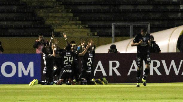 Los jugadores del Independiente del Valle celebran uno de los goles anotados a la U. Católica de Chile, el jueves 23 de mayo del 2019, en el cotejo de ida de la Copa Sudamericana, jugado en el estadio Olímpico Atahualpa. Foto: API para Grupo EL COMERCIO