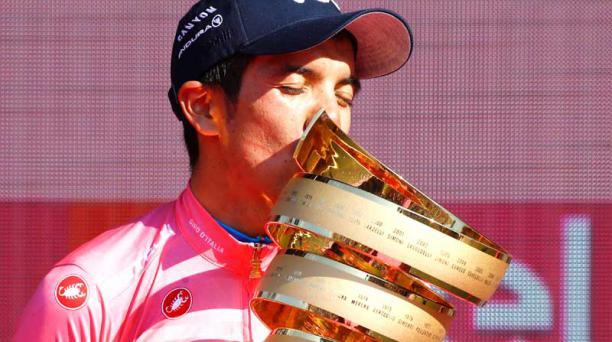 El nombre de Richard Carapaz está inscrito en el trofeo Senza Fine, después de que el ecuatoriano se coronara como campeón del Giro de Italia. Foto: AFP
