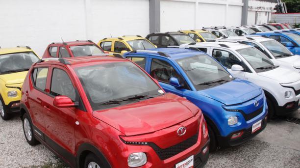 Varios autos eléctricos de la marca Hanteng se exhiben en el Puerto de Guayaquil. Foto: Mario Faustos / EL COMERCIO
