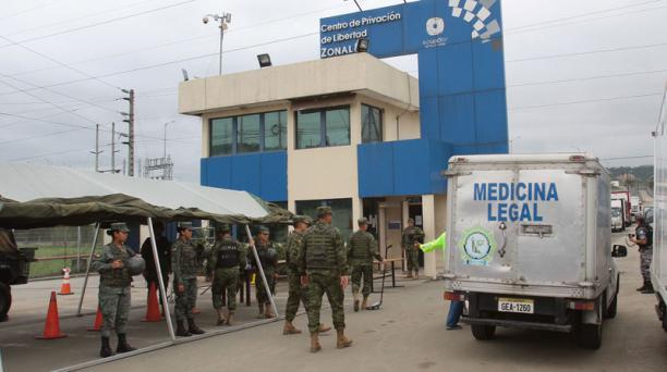 Una ambulancia de Medicina Legal llegó ayer a la cárcel de Guayaquil, tras un hecho violento. Foto: Enrique Pesantes / EL COMERCIO