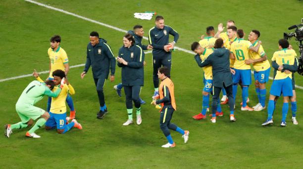 Los jugadores de la Selección de Brasil celebran al ganar en la serie de lanzamientos penales, durante el partido de los cuartos de final de la Copa América, jugado en el Arena do Grêmio de Porto Alegre, Brasil, el jueves 27 de junio del 2019. EFE