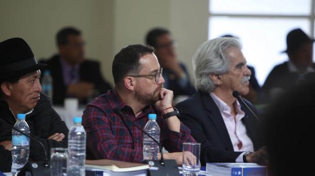 Juan Fernando Velasco (izq) junto a Raúl Pérez Torres (der.), en el Gabinete Itinerante de Baños de Agua Santa. Foto: Glenda Giacometti / EL COMERCIO