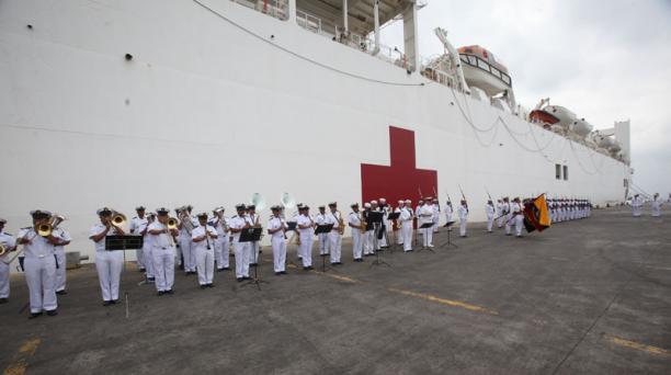 El buque hospital estadounidense USNS Comfort atiende a pacientes en áreas adecuadas en Manta. Foto: EL COMERCIO