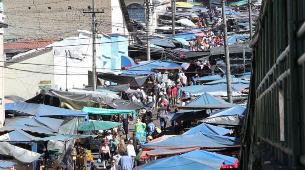 Alrededor del mercado de San Roque hay cuadras tomadas por el comercio informal. Foto: Eduardo Terán / EL COMERCIO