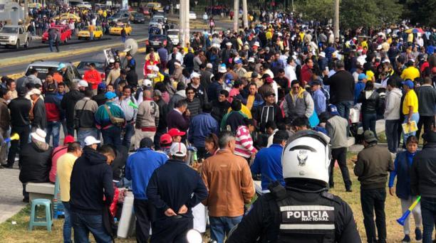 Cientos de taxistas se tomaron las calles cercanas a la Asamblea. Foto: Eduardo Terán / EL COMERCIO