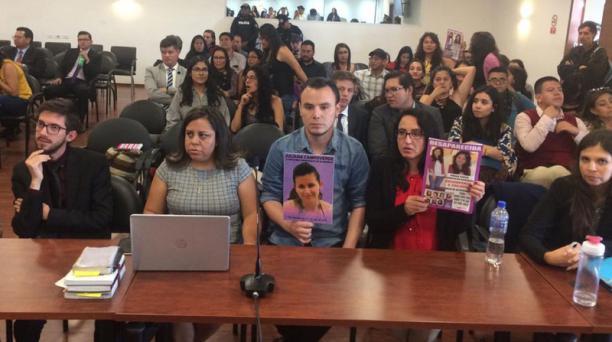 Familiares y amigos de Juliana Campoverde escuchan la sentencia del Tribunal. Foto: Tomada del la Fiscalía