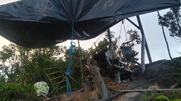 Los mineros ilegales arman sitios improvisados cerca de la bocamina de Comaina 1.